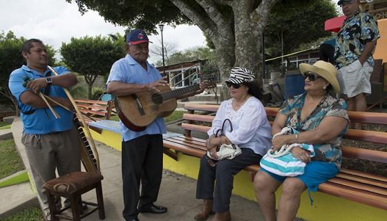 Además de la marimba toca guitarra, güiro y tambores. LA PRENSA / URIEL MOLINA