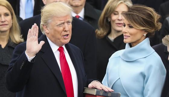 Donald Trump utilizó dos Biblias para juramentar como nuevo presidente de Estados Unidos. LA PRENSA/AP