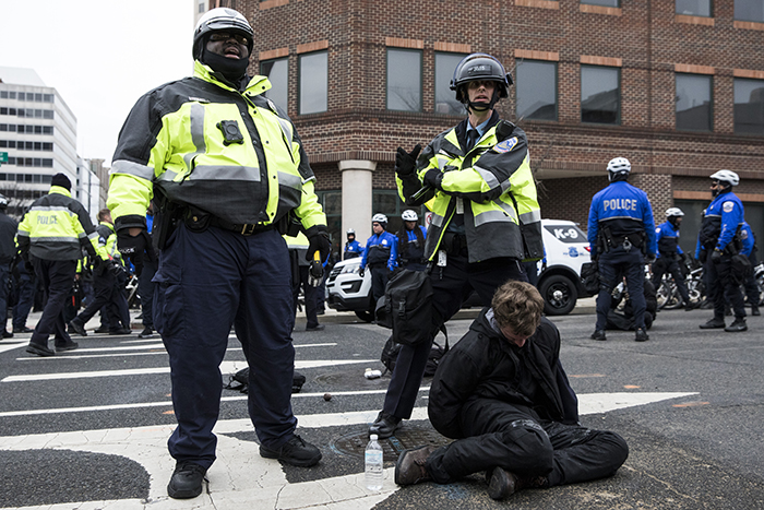 Uno de los noventa detenidos en las protestas que se dieron en Washington D.C contra el presidente Donald Trump. LA PRENSA/AFP