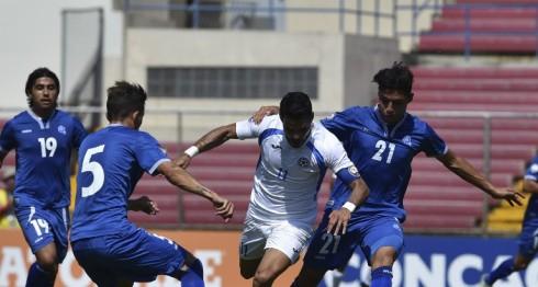 El nica Juan Barrera (C) en el juego contra El Salvador este doming. LA PRENSA/AFP/RODRIGO ARANGUA