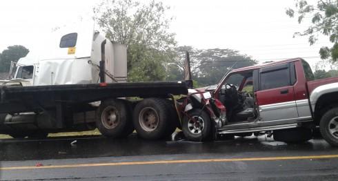 La camioneta Mitsubichi se estrelló contra la rastra que en descontrol se despegó del cabezal rumbo a Corinto. LAPRENSA/S. Martínez