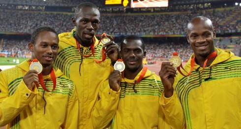 Usain Bolt perdió una medalla de oro por el dopaje de su compañero en relevo Nesta Carter (a su izquierda) en Beijing 2008. LA PRENSA/ARCHIVO/AP/Petr David Josek