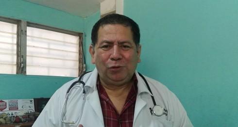 El doctor Vicente Maltez explica cómo las hepatitis dañan el hígado. LA PRENSA/I.MUNGUÍA