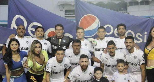 Juan Barrera, primera de la derecha en la primera fila, jugó el partido completo. LAPRENSA/ CORTESÍA/ COMUNICACIONES