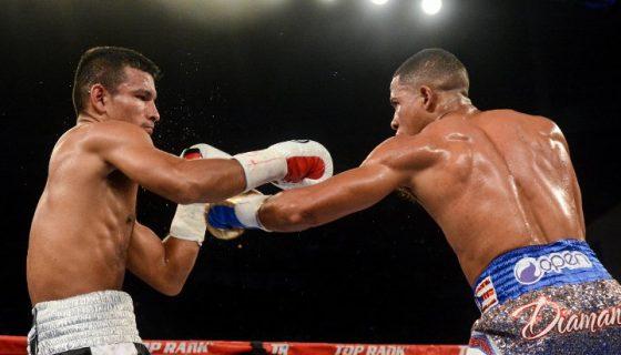 Oliver Flores complicó a Félix Verdejo con su postura de ataque zurda, la noche del sábado en Puerto Rico. Foto: Cortesía/ Boxing Scene