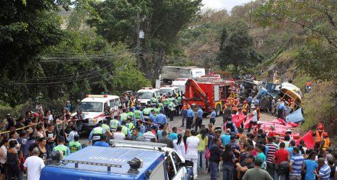 Socorristas hondureños rescatan a las víctimas de un accidente de tránsito al sur de Tegucigalpa, Honduras. EFE