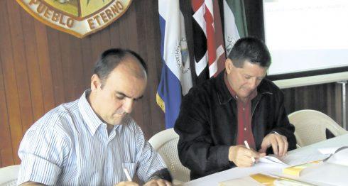 El alcalde de Jinotega, Leonidas Centeno (derecha), en un evento con un organismo no gubernamental español en 2014. LA PRENSA/F.RIVERA.