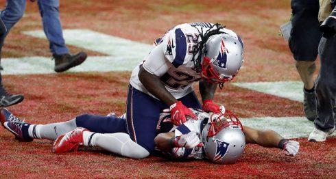 Jugadores de Patriots festejan en el césped la coronación en el Super Bowl. Foto: EFE