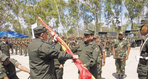 El general Julio César Avilés Castillo entregó la bandera al nuevo jefe del Sexto Comando Militar Regional, coronel Marvin Paniagua. LA PRENSA/L.E. MARTINEZ M.