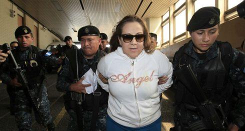 """El portavoz de la Policía Nacional Civil (PNC), Jorge Aguilar, aseguró que en el momento de la detención, la magistrada Blanca Stalling, tenía en su poder una pistola calibre """"3.80 mm"""" con la que apuntó a los agentes y luego, """"en un lapso de segundos"""", la dirigió a su cabeza. LA PRENSA/Cortesía Prensa Libre"""