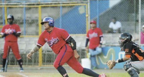 Juan Oviedo tras récord de dobles en la historia del beisbol nicaragüense. LA PRENSA/ARCHIVO