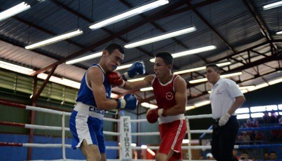 Kevin Vivas (rojo) conecta a Gerardo Zapato (azul), quien avanzó a la final del torneo en la división de los 49 kilogramos, luego de imponerse vía decisión unánime. Foto: Carlos Valle/ La Prensa