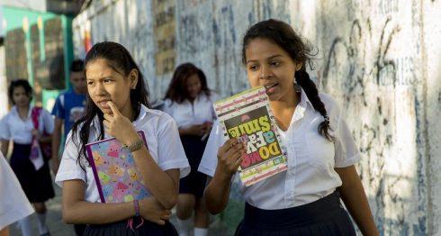 Estudiantes inician año escolar