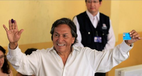 En esta foto del 10 de abril de 2011, se ve al candidato presidencial Alejandro Toledo después de votar en las elecciones generales, en Lima, Perú. AP