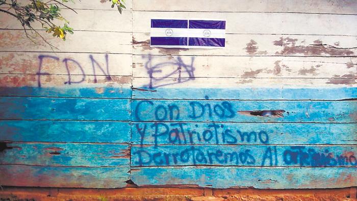 Hombres armados que se desplazan en comunidades de Siuna dejaron mensajes contra el régimen de Daniel Ortega, en una escuela, septiembre pasado. LA PRENSA/ARCHIVO