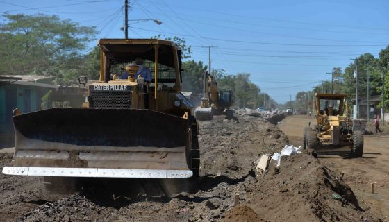 El tramo en que se desarrollan obras viales en una parte de Sabana Grande es intransitable. LAPRENSA/J.FLORES