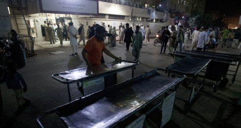 El personal del hospital paquistaní se encarga de hacer arreglos fuera de una sala de emergencia para las víctimas de atentados suicidas en un famoso santuario en la provincia interior de Sind, en Karachi, Pakistán. AP