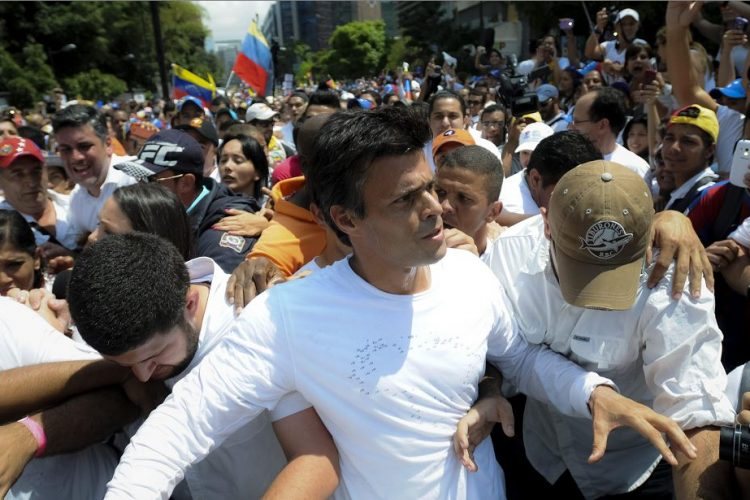 Fotografía de archivo del 18 de febrero de 2014 del dirigente opositor venezolano Leopoldo López (c), momentos antes de entregarse a miembros de la Guardia Nacional (GNB, policía militarizada), en una plaza en Caracas, Venezuela. EFE
