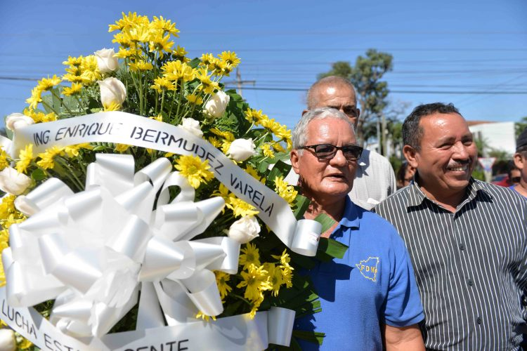 Sus excompañeros de armas colocaron ofrenda floral al excomandante Contra Enrique Bermúdez. LA PRENSA/J. FLORES.