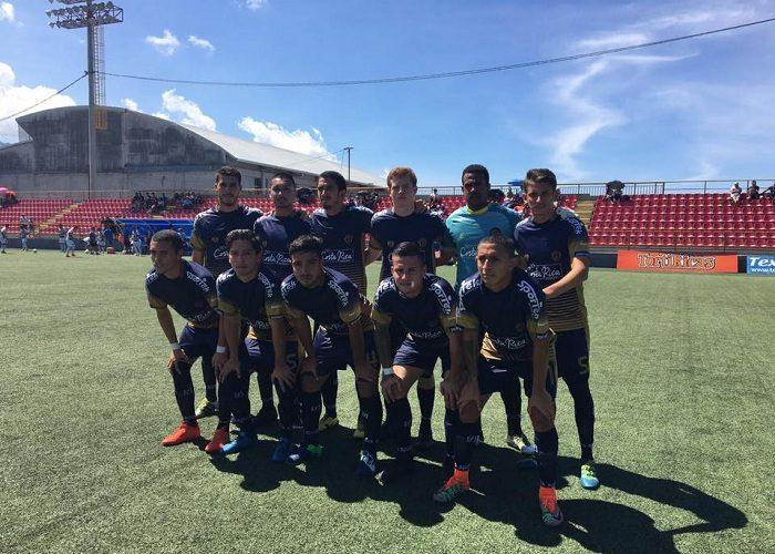 Keveen Torres (segunda de la izquierda de la fila de segunda fila) y Byron Bonilla (primero de la derecha de la) juegan con el Sporting San José. LAPRENSA/CORTESÍA/ SPORTING SAN JOSÉ