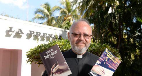 Escritos del padre Óscar y Reflexiones del padre Óscar son los dos libros que el sacerdote presentará el próximo miércoles en Librería Hispamer. LA PRENSA/ U. Molina.