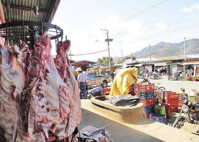 Los contenedores de basura fueron colocados cerca del sector carne y donde se ubican los comedores. El mercado de Jinotega urge de organización, dijeron comerciantes consultados. LA PRENSA/S. RUIZ