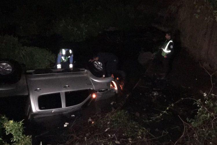 Una pareja sobrevivió luego que esta camioneta se volcara en la quebrada de Molás, en la salida de Matagalpa hacia Jinotega. LA PRENSA/CORTESIA DE RB NOTICIAS