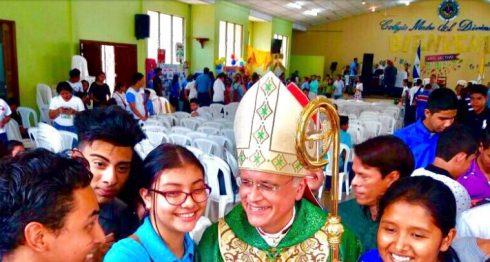 El obispo auxiliar de la Arquidiócesis de Managua, Silvio Báez, se reunió con centenares de jóvenes.