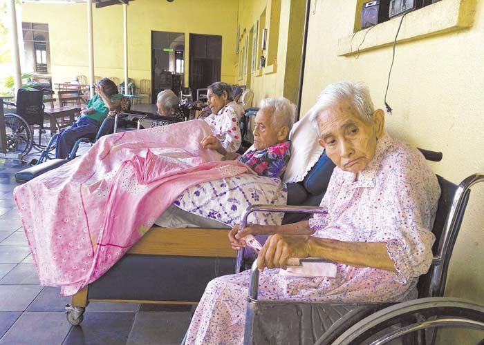 Los ancianitos del asilo San Antonio están necesitando pañales desechables, comida o cualquier ayuda que les puedan brindar. LA PRENSA/ NOEL GALLEGOS