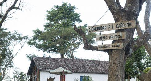 La primera imagen que uno observa al llegar a la isla Mancarrón es la de un parque para niños, árboles frondosos, un monumento a los héroes de Solentiname y la histórica iglesia donde nació el evangelio de Solentiname del poeta Ernesto Cardenal.