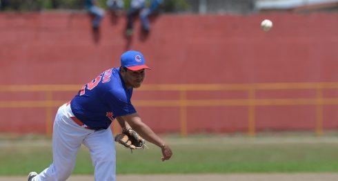 El veterano lanzador Diego Sandino sigue mostrando calidad, al limitar a la poderosa artillería del Bóer a una carrera y llevar al triunfo a los Cafeteros de Carazo, ayer en Jinotepe. LA PRENSA/JADER FLORES