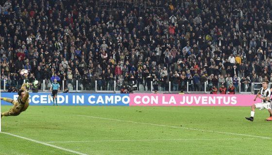 El argentino Paulo Dybala (centro) al momento de marcar el tanto de penalti que le dio el triunfo al Juventus. Foto: EFE