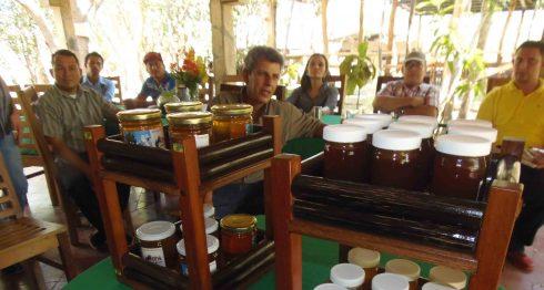 La venta de miel con fines medicinales es otro producto que ofrece la Reserva Silvestre privada Estancia del Congo. LA PRENSA /RAMÓN VILLARREAL
