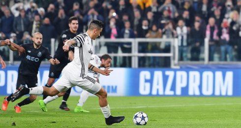 Paulo Dybala anotó desde la línea de penalti, el gol que le dio el triunfo al Juventus y la clasificación a los cuartos de final de la Liga de Campeones de la UEFA. LA PRENSA/Alessandro Di Marco/ANSA via AP