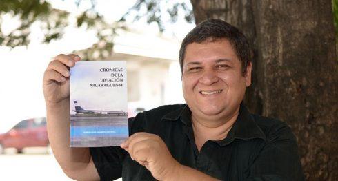 Marlon José Navarrete Espinoza presenta su primer libro. LA PRENSA