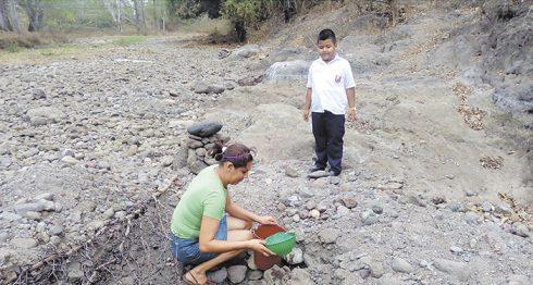 escasez de agua se han abierto huecos en el río. LA PRENSA/R.MORA