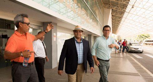 Luis Roberto Clemente (centro) fue recibido por Denis Martínez (izquierda) y Jorge Luis Ayestas, quienes le invitaron para la inauguración de la Perfect Game League. LA PRENSA/ URIEL MOLINA