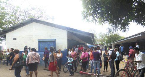 Los padres de familia coincidieron en que la escuela está abandonada y desde hace rato están pidiendo reunirse con las autoridades del Mined para abordar esta problemática. LA PRENSA/L.VARGAS