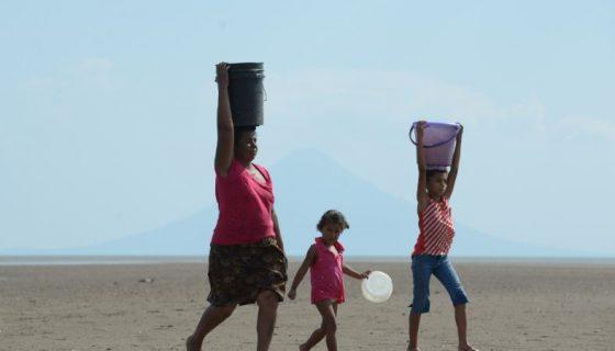 Mujeres, Niños, Agua, Sequía, Verano,de desastres naturales por eso, que los comunitarios conozcan sobre la gestión de riesgo es esencial, Centro Humboldt