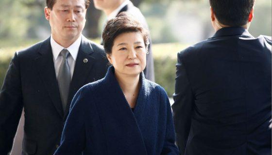 La expresidenta de Corea del Sur Park Geun-hye (c) llega a la oficina Central de la Fiscalía del Distrito el pasado 21 de marzo. EFE