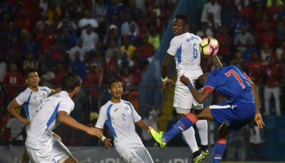 El papel de la defensa de la Selección de Futbol, liderada por Luis Fernando Copete, deberá multiplicarse en el área para contrarrestar a Haití. LA PRENSA/AFP