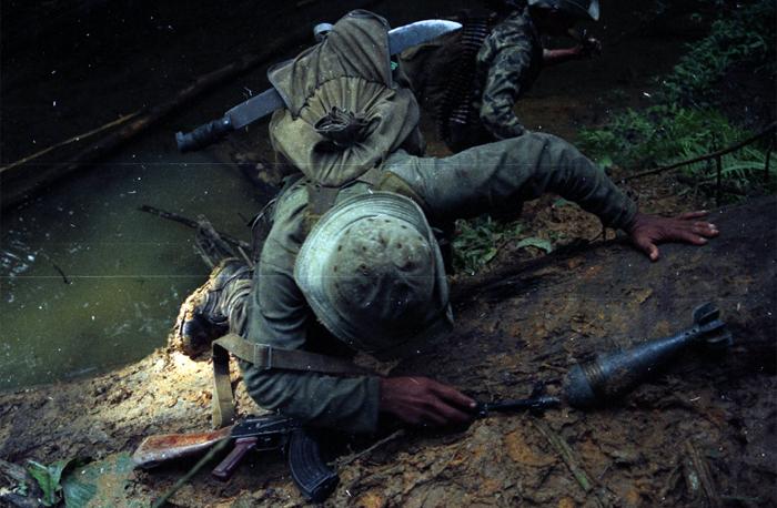 Un soldado del Servicio Militar sube una cuesta en la guerra de los años ochenta en Nicaragua. Foto: Cortesía - Archivo personal de Oscar Navarrete / La Prensa.