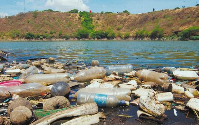 Mares r os lagos y lagunas se contaminan m s en la for Plastico para impermeabilizar lagunas