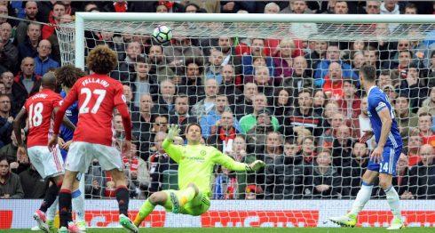 Ander Herrera, del Manchester United, no figura en la foto, marca el segundo gol de su equipo durante el partido de fútbol de la Premier League inglesa entre el Manchester United y el Chelsea en el estadio Old Trafford de Manchester, el domingo 16 de abril de 2017. (AP Photo / Rui Vieira)