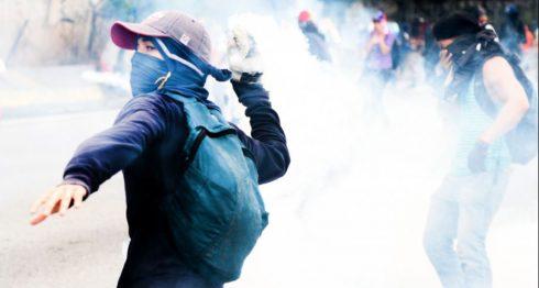 Adultos y jóvenes protestan en las calles de Venezuela contra el gobierno de Nicolás Maduro. LA PRENSA / AFP