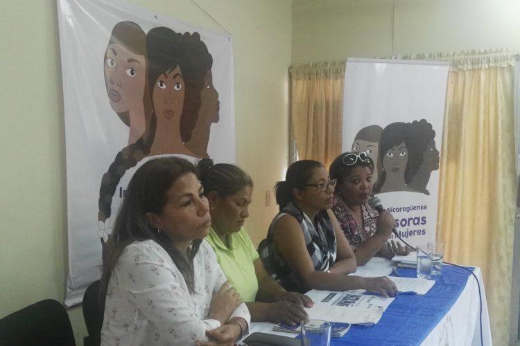 Haydée Castillo, Francisca Ramírez, Lottie Cunningham y Dolene Miller, ayer en una conferencia previa al foro de mujeres en defensa de sus territorios. LA PRENSA/J. FLORES