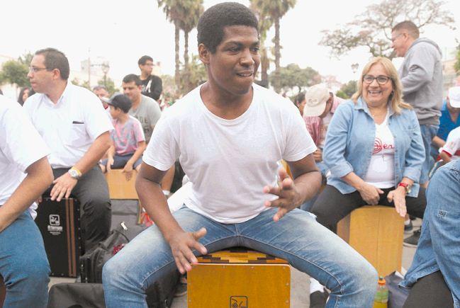 Un joven ensaya entre otros cientos participantes, mientras realizan un performance en una tocada de cajón peruano en el Paseo de las Aguas del distrito histórico del Rimac en Lima en el marco del X Festival Internacional del Cajón Peruano. LAPRENSA/EFE