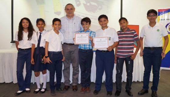Estudiantes premiados del VII Taller de Cuentos para Niños y Jóvenes Escritores Nicaragüenses. Les acompañaCarlos E. Melgar, embajador de Colombia. LAPRENSA/Arnulfo Agüero
