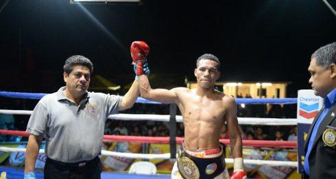 Alexander Espinoza noqueó técnicamente en seis rounds a Bryan Pérez la noche del sábado en el municipio de El Crucero, Managua. LA PRENSA/ CARLOS VALLE