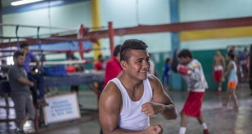 """Román """"Chocolatito"""" González se mostró sonriente en su retorno al gimnasio, del que estuvo ausente por alrededor de mes y medio tras su pelea contra Srisaket Sor Rungvisai. LA PRENSA/OSCAR NAVARRETE"""